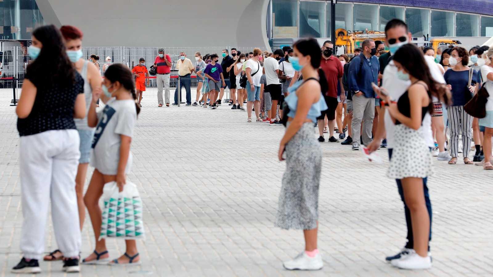 Largas colas en el punto de vacunación de la Ciudad de las Artes y las Ciencias de Valencia