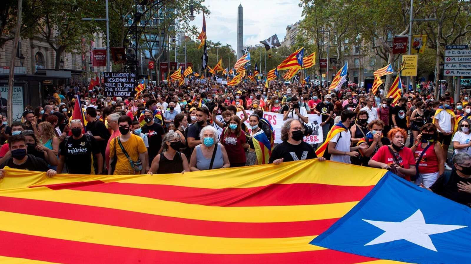 Centenares de personas participan en una manifestación convocada por los CDR con motivo de la Diada del 11 de septiembre en el Paseo de Gracia de Barcelona. EFE/ Enric Fontcuberta