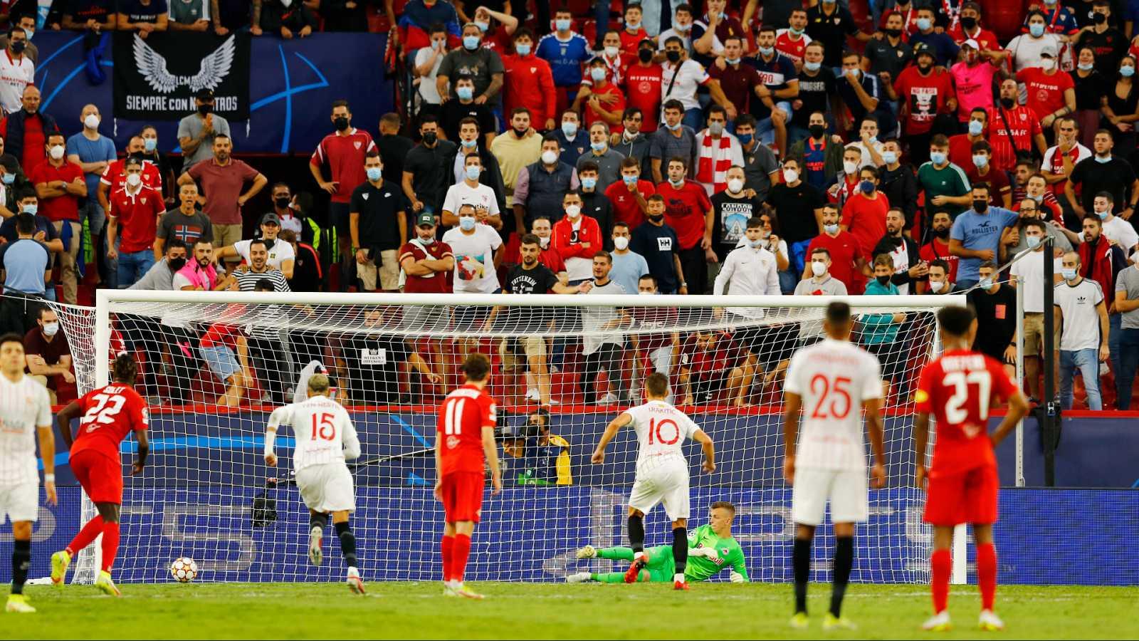 Rakitic logra el empate desde el punto de penalti