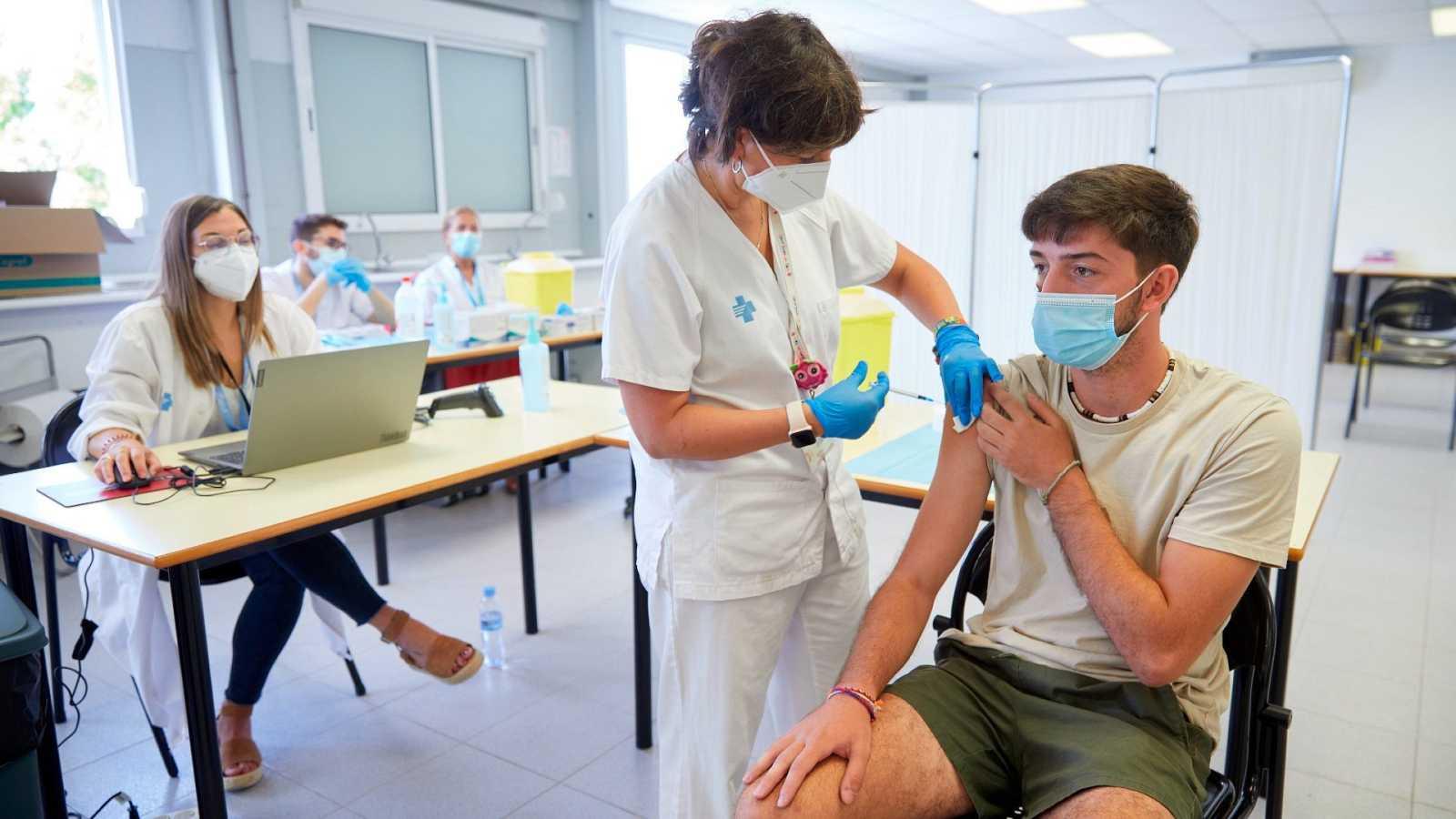 Un joven se vacuna contra la COVID-19 en el centro de vacunación sin cita previa de la Universidad de Girona