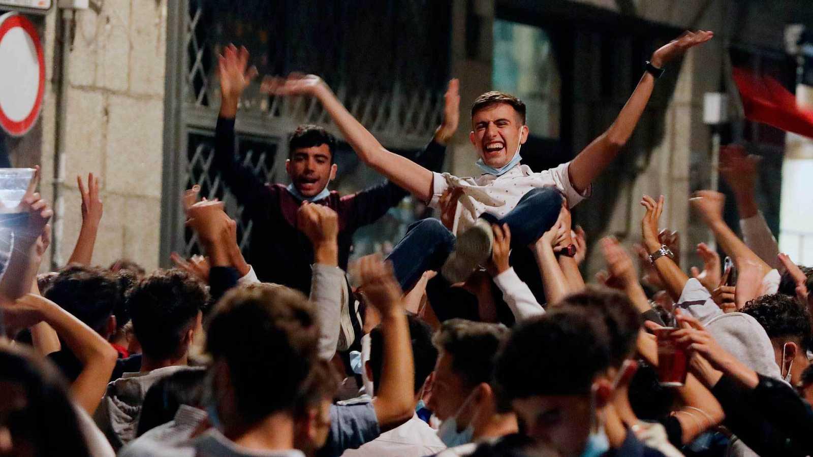 Miles de jóvenes se agolpan en el centro de Salamanca