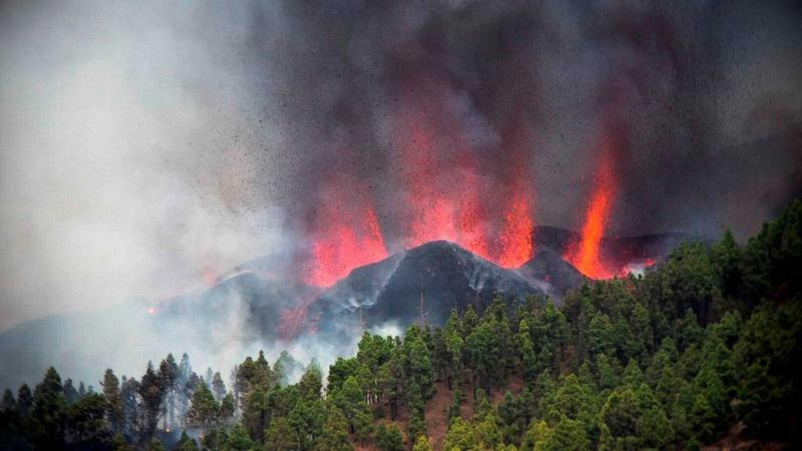 Miles de personas han sido evacuadas tras la erupción del volcán
