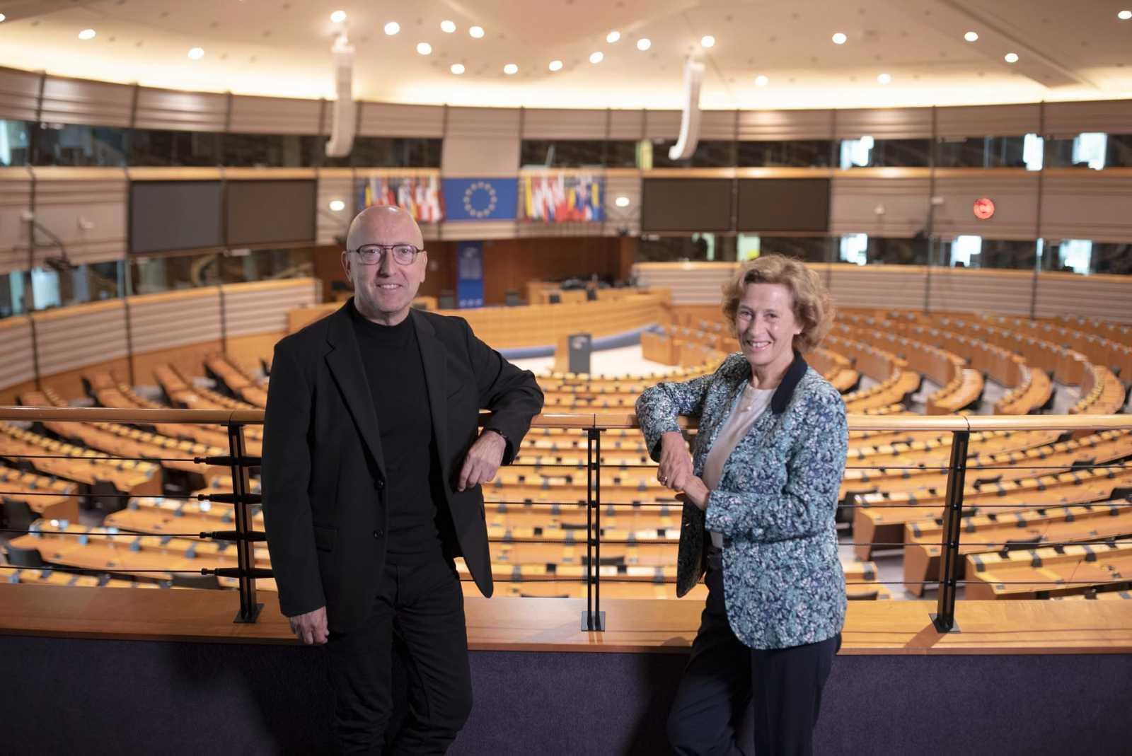 Óscar López, director y presentador de 'Página Dos' con la escritora Julia Navarro
