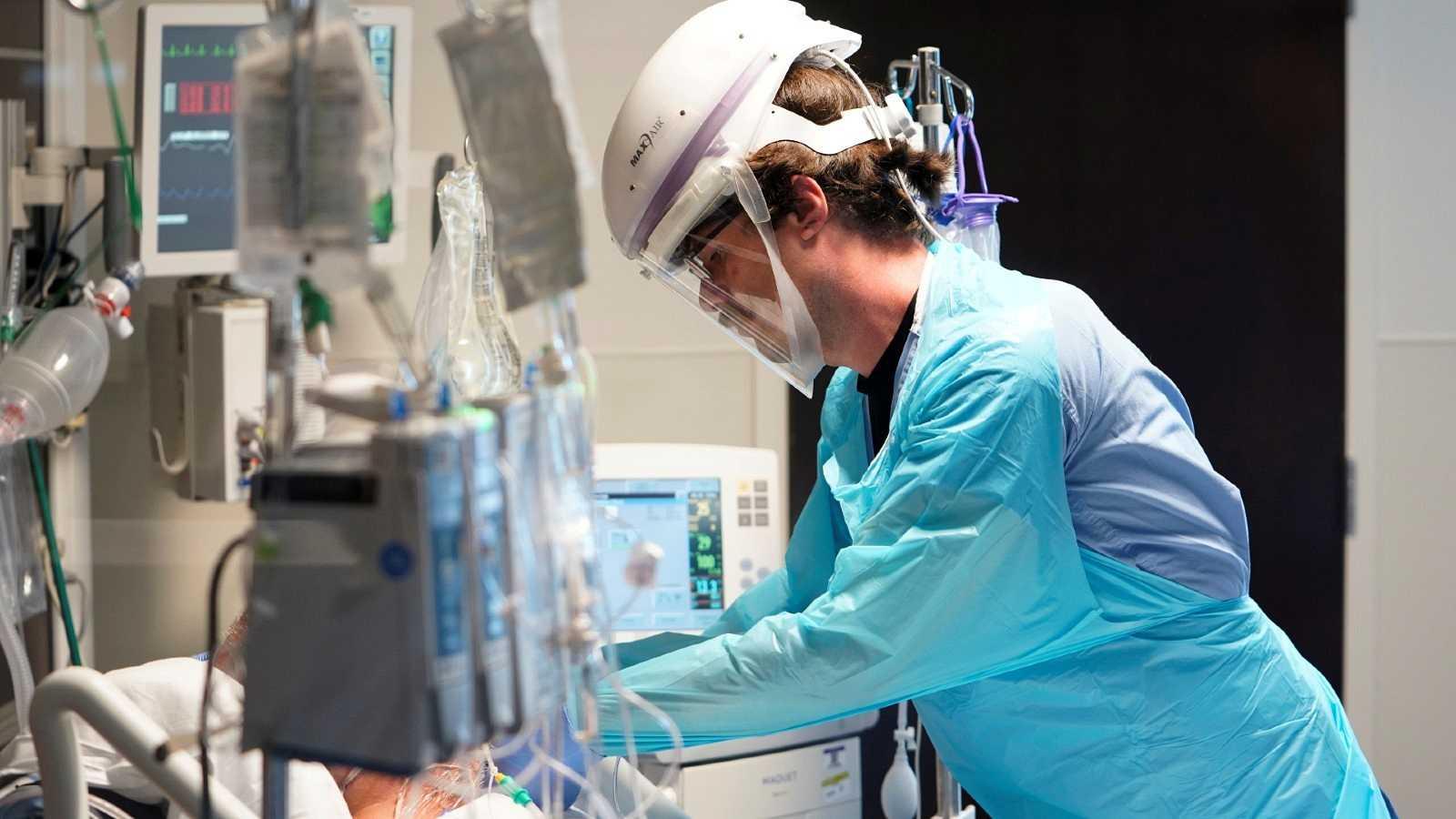 Un enfermero atiende a un paciente con COVID-19 en la unidad de cuidados intensivos en un hospital de Oklahoma, EE.UU.
