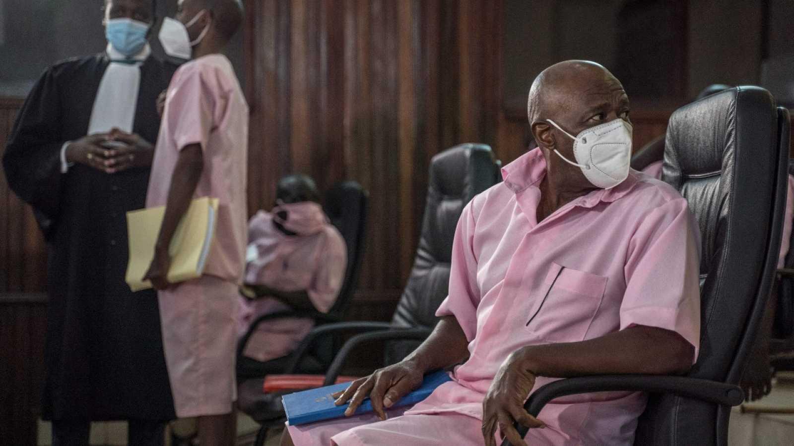 En esta foto de archivo tomada el 17 de febrero de 2021 Paul Rusesabagina mira mientras se sienta con algunos de sus coacusados en la Corte Suprema de Kigali