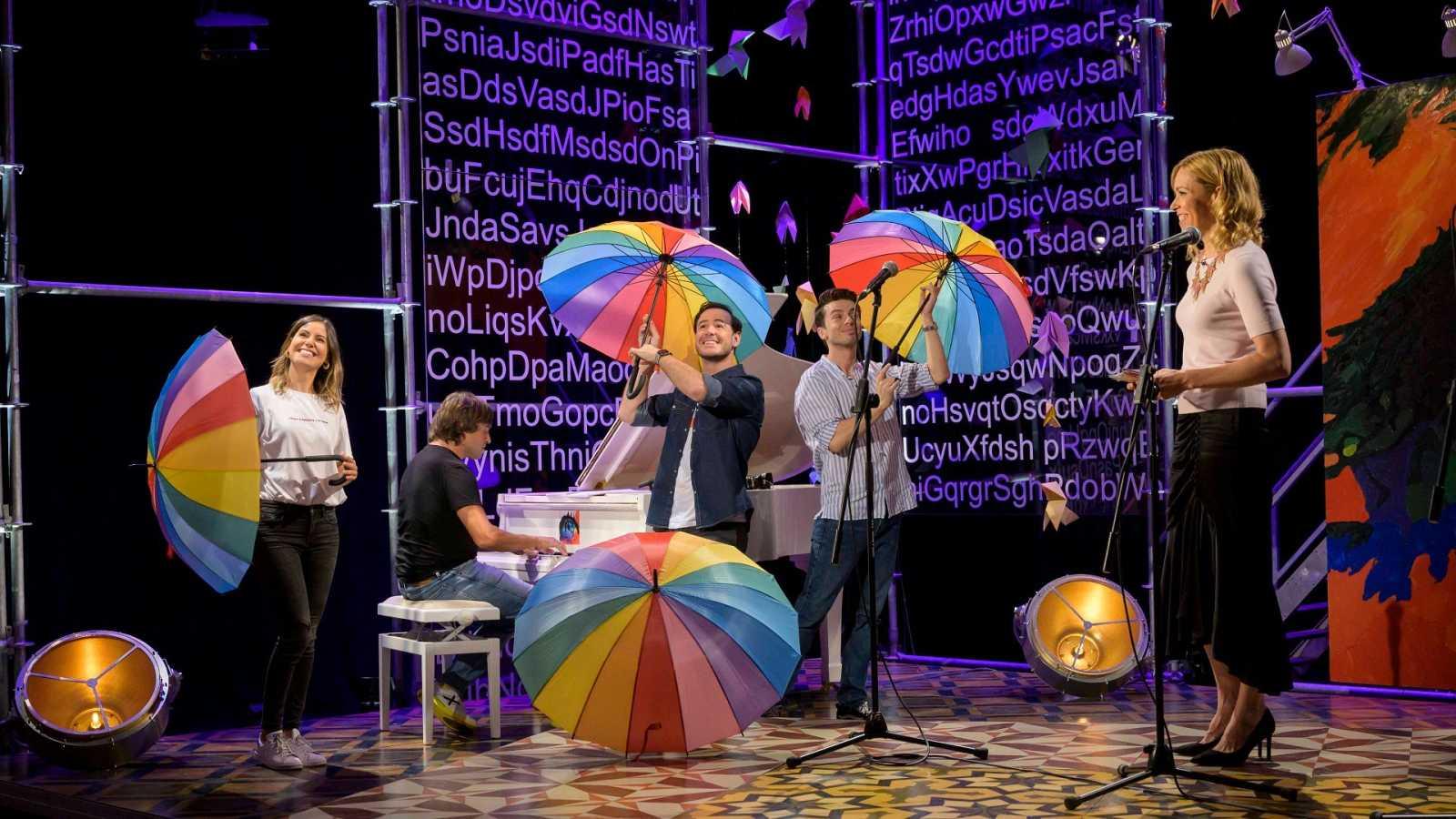 els actors de 'Cantando bajo la lluvia', Manu Guix al piano i Tània Sarrias