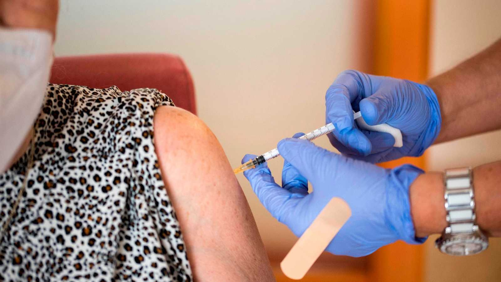 Una usuaria de una residencia en Mahón recibe la tercera dosis de la vacuna