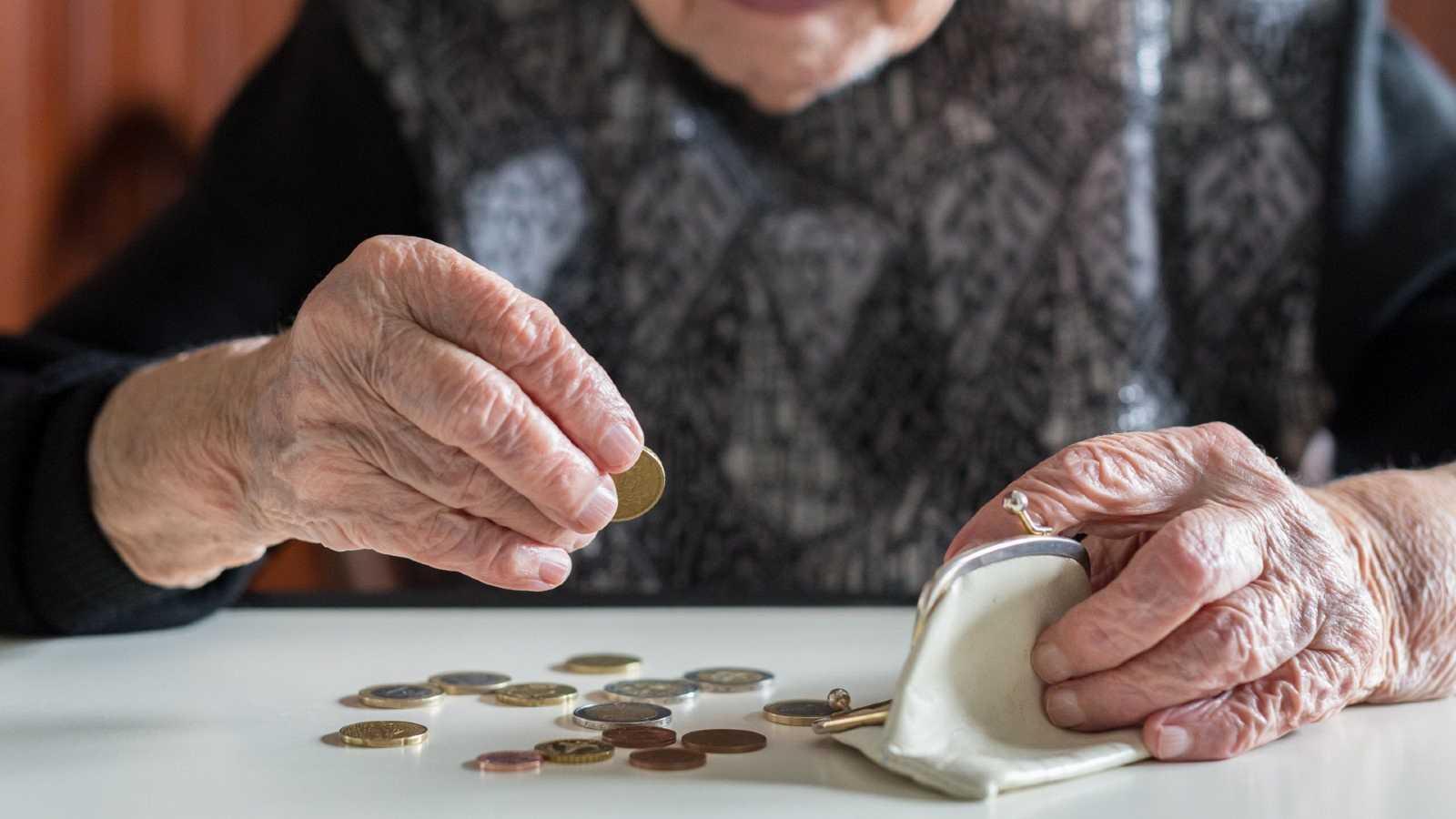 Una mujer calcula sus ahorros en un monedero, en una imagen de archivo.