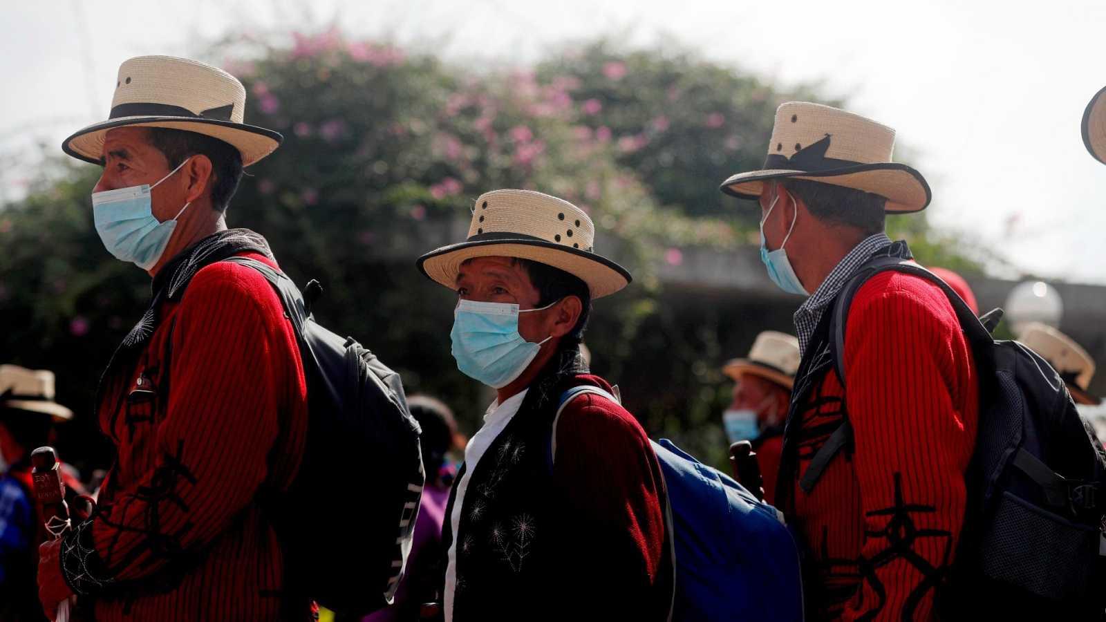 Cientos de guatemaltecos, principalmente indígenas, campesinos y activistas, marcharon este martes en las principales avenidas de la Ciudad de Guatemala para protestar en contra del racismo y por la dignidad indígena, negra y popular.
