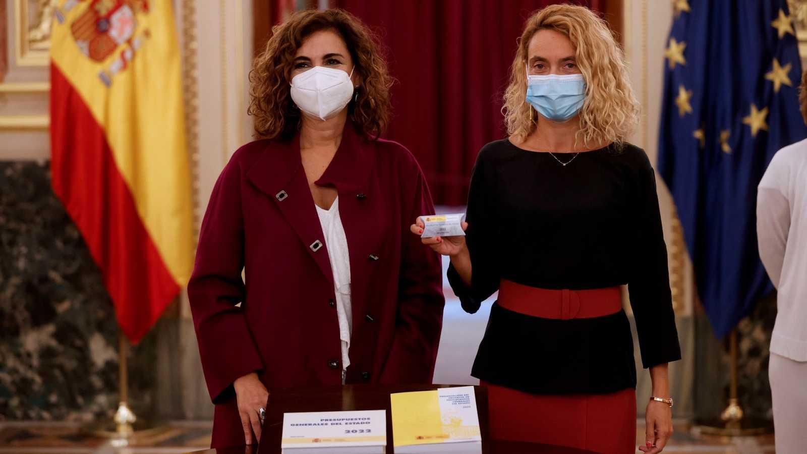 La ministra de Hacienda, María Jesús Montero (i), y la presidenta del Congreso, Meritxell Batet, presentan el proyecto de Ley