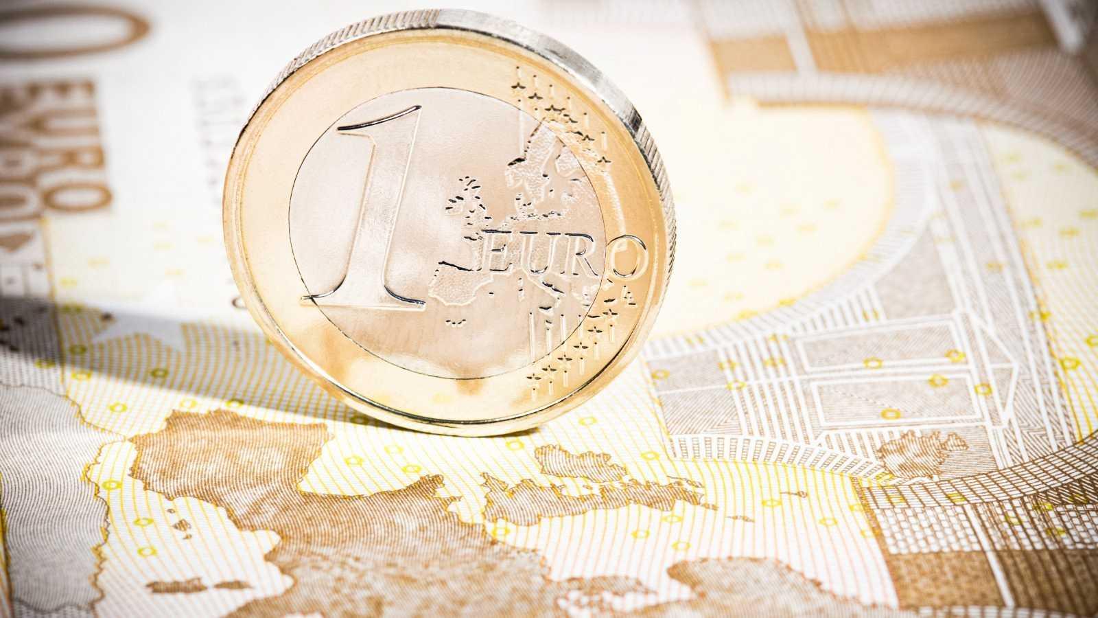Vista de una moneda de un euro sobre un billete en una imagen de archivo.