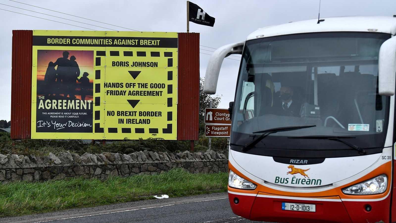 Cartel en contra del Brexit en la frontera entre Reino Unido e Irlanda del Norte