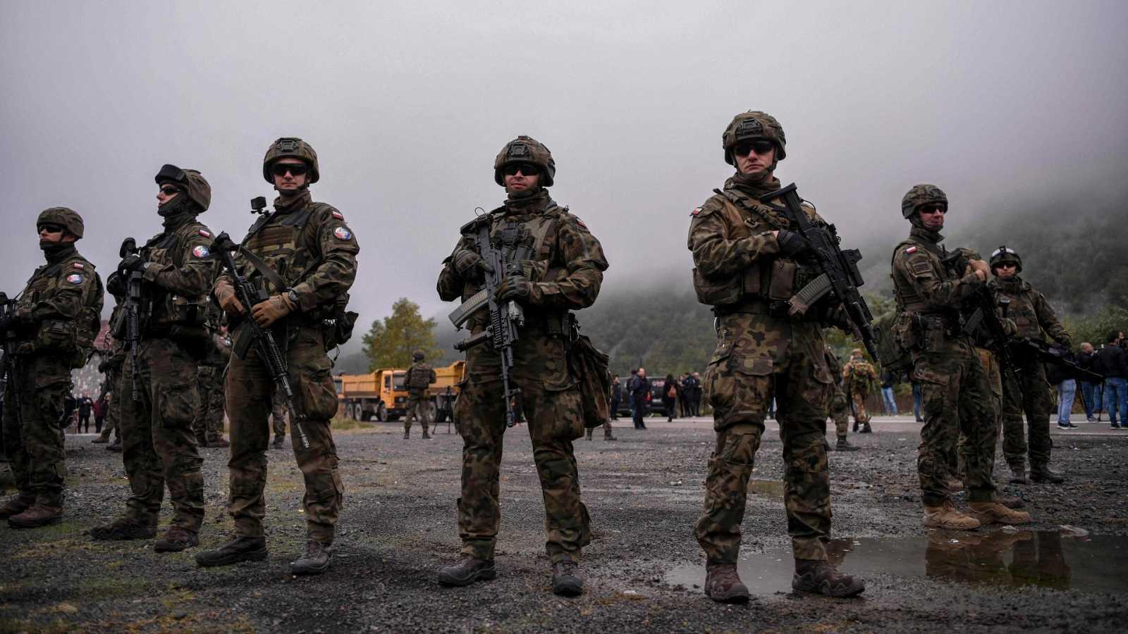 Soldados de la OTAN patrullan cerca de la frontera entre Kosovo y Serbia