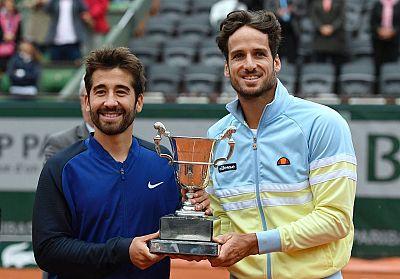 Feliciano y Marc López posan con el trofeo de dobles de Roland Garros, en 2016.