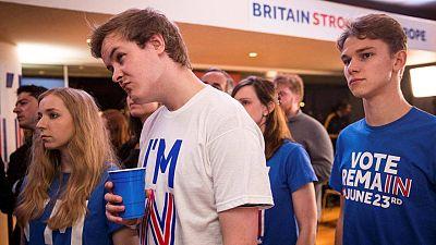 Jóvenes partidarios de permanecer en la UE aguardan los resultados del referéndum en el Royal Festival Hall en Londres