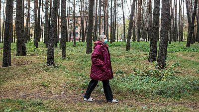 Halyna Uvarenko camina por el bosque que rodea el hospital regional de tuberculosis de Zhytomyr.
