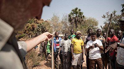 El coordinador de MSF en la región de Paoua explica cómo no manipular una serpiente muerta.