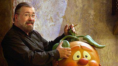 """El director de """"Un, dos, tres"""", Chicho Ibáñez Serrador, junto a la mascota del programa, la calabaza """"Ruperta""""."""