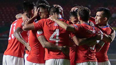 Chile comienza su defensa del título con una contundente victoria ante Japón