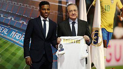 Rodrygo Goes (izquierda), junto al presidente del Madrid, Florentino Pérez, en su presentación.