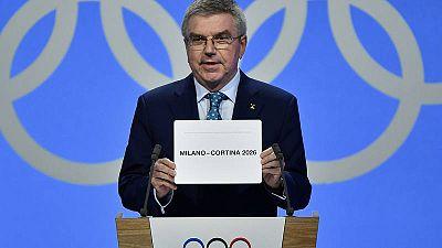 Thomas Bach muestra el nombre de la candidatura ganadora para acoger los Juegos de 2026.