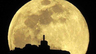 La Luna llena sobre el monte Pico Sacro, a las afueras de Santiago de Compostela