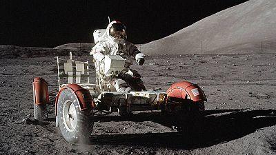 El astronauta Eugene Cerman conduce el vehículo lunardurante la misión Apolo 17.