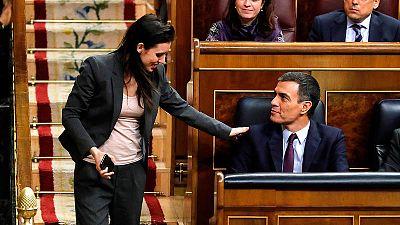 Pedro Sánchez e Irene Montero se saludan en el Congreso de los Diputados