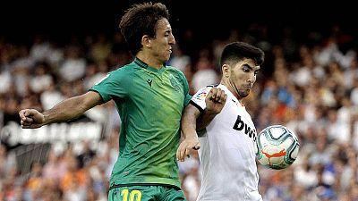 Oyarzabal y Soler disputan un balón