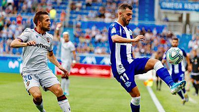Luis Rioja (d), del Alavés, controla el balón ante Jorge Miramón (i), del Levante.