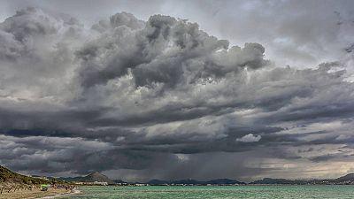 Fuerte tormenta en una playa de la isla de Mallorca.