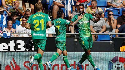 Los jugadores de la Real celebran un gol de Willian José (d)