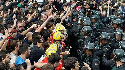 Bomberos y ciudadanos se enfrentan a la Guardia Civil en un centro de votación del 1-O