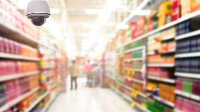 Una cámara de grabación en el pasillo de un supermercado