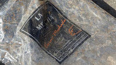 Un envase vacío de la carne mechada de la marca La Mechá tirada junto a las puertas de la empresa Magrudis.