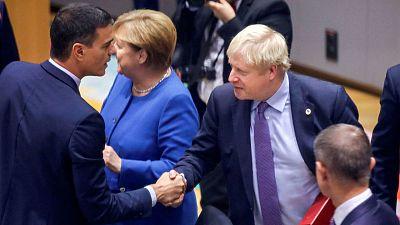 El primer ministro británico, Boris Johnson, saluda a Pedro Sánchez