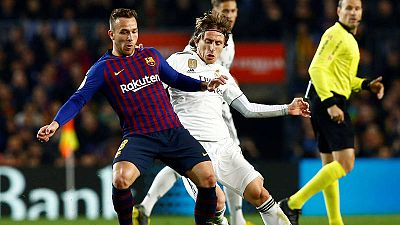 El centrocampista croata del Real Madrid, Luka Modric pelea un bal'pn con el centrocampista brasileño del Barcelona, Arthur Melo.