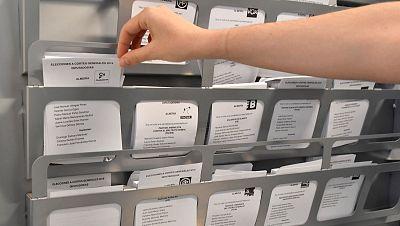 Una persona elige su papeleta electoral en una cabina habilitada para ello en las elecciones generales del 28A.