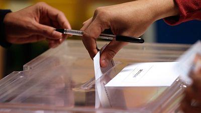 Un elector introduce su voto en la urna en un colegio electoral de Madrid el pasado 28 de abril.