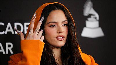 Rosalía posa anoche en la alfombra roja del Person of the year de los Latin Grammy