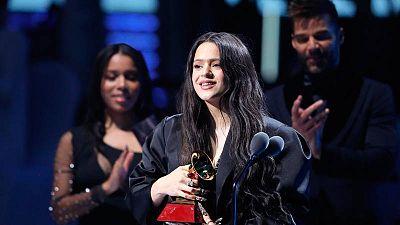 Rosalía recogiendo uno de sus Grammy Latinos