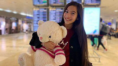 Melani y su osito Abracitos en el aeropuerto minutos antes de subir al avión