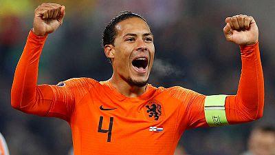 Virgil van Dijk celebra la clasificación de Holanda para la Eurocopa 2020.