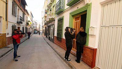 Medios gráficos toman imágenes en la calle donde se produjo el asesinato de una mujer de 86 en Iznájar, Córdoba