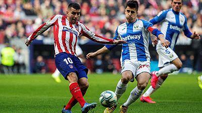 Ángel Correa, del Atlético, prueba un disparo ante Unai Bustinza, del Leganés.