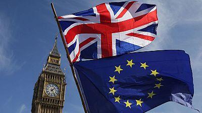 Las banderas de Reino Unido y la Unión Europea frente al Big Ben en Londres.