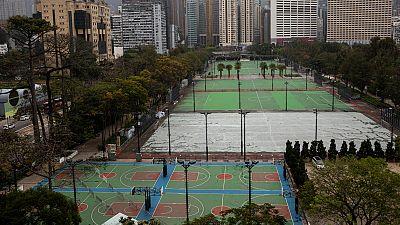 imagen: Campos de baloncesto y fútbol en Hong Kong, vacíos por el confinamiento