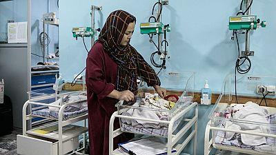 Abbas, una de las madres que dio a luz en el Hospital, junto a sus gemelas, Zakia.