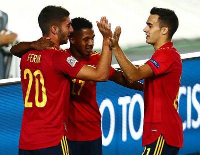 Ferrán Torres celebra su gol con Ansu Fati y Reguilón.