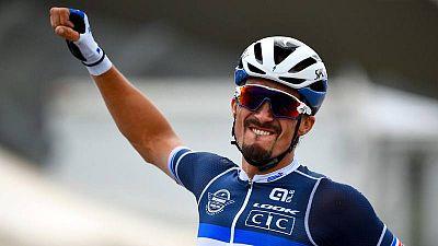 El ciclista francés Julian Alaphilippe celebra su triunfo en el Campeonato del Mundo de ciclismo en ruta en Imola.